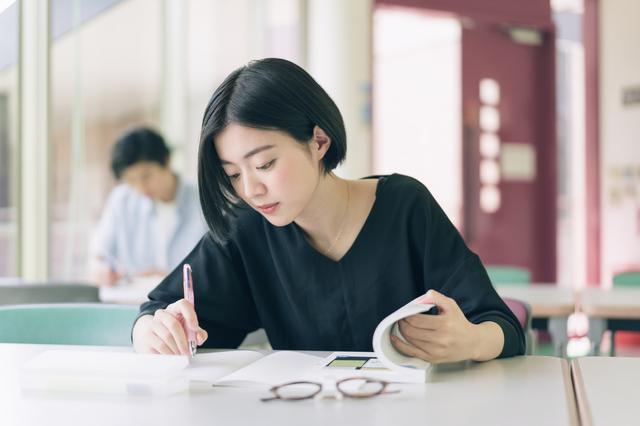 学校で勉強する学生